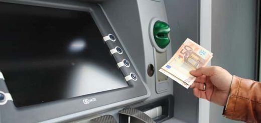 Cajero sacando dinero