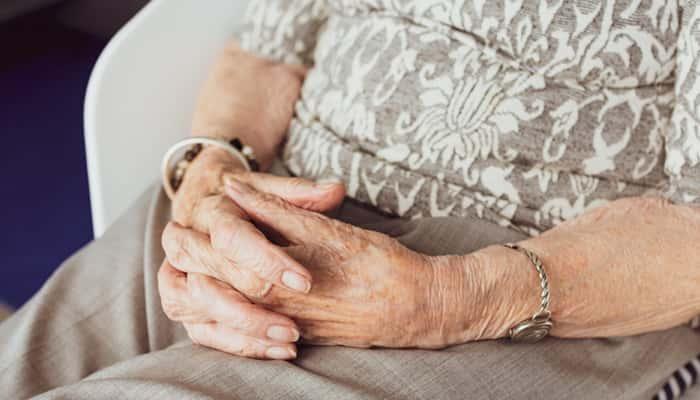 Manos de una persona mayor jubilada