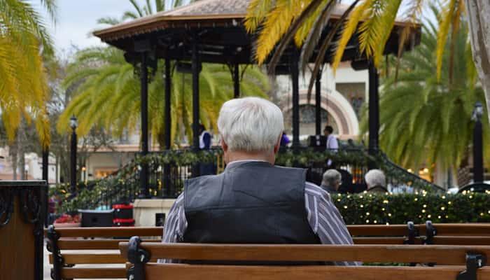 Anciano sentado banco parque