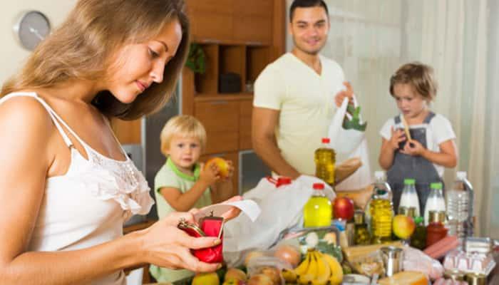 Familia sacando la compra