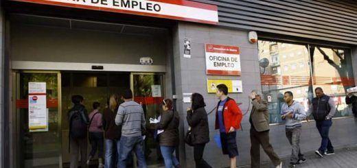 Desempleados haciendo cola en una Oficinade Empleo
