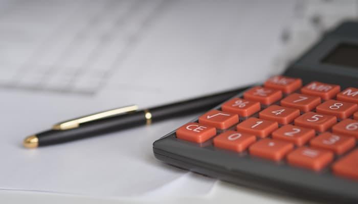 Boligrafo y calculadora