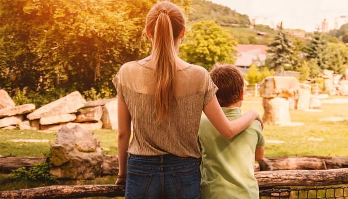 Madre e hijo de espaldas