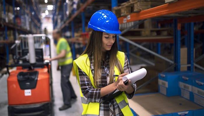 mujer trabajando en un almacen