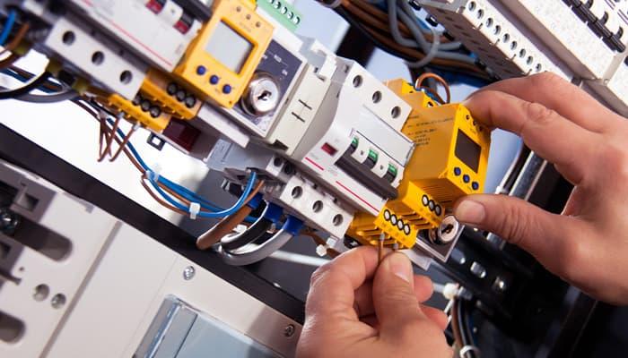 Electricista trabajando en el cuadro eléctrico