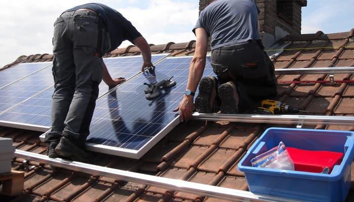 Profesionales montando placas solares