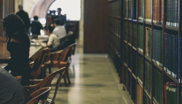 Biblioteca con estudiantes