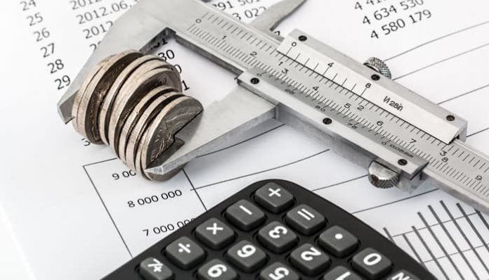 Calculadora junto a monedas