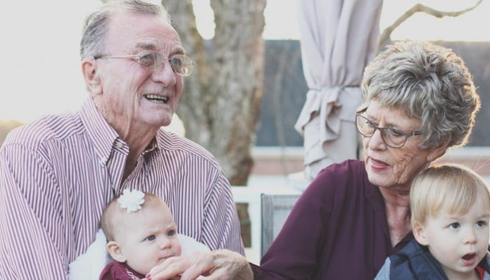 Pensionistas con sus nietos