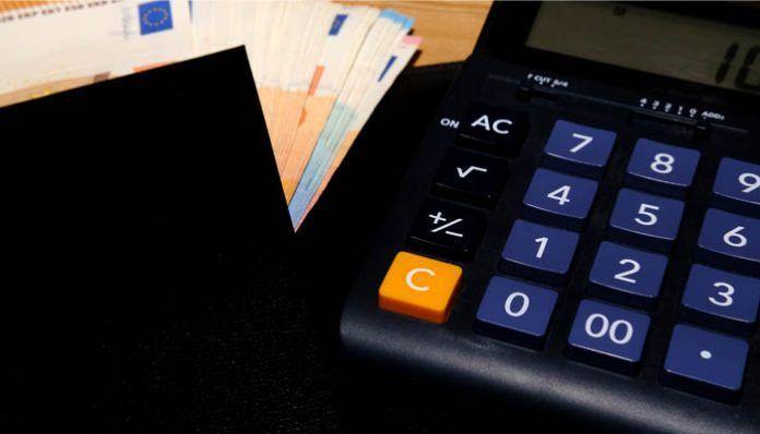 Billetes junto a la calculadora