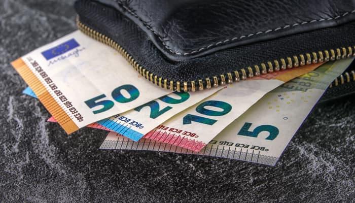 cartellara con varios billetes de euro