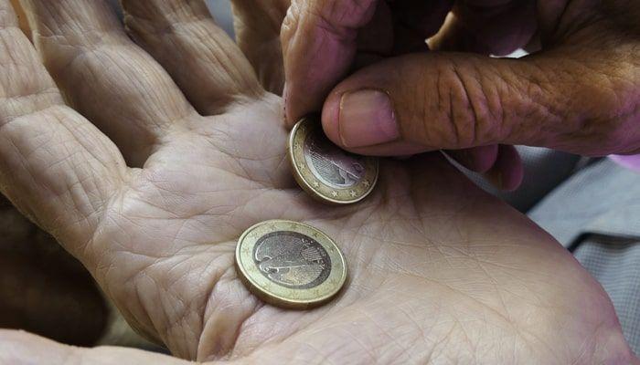 Manos de un pensionistas con dinero