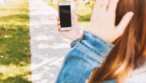 Mujer haciendose un selfi con el móvil