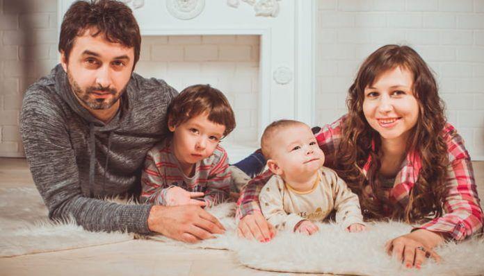 Padres felices con sus hijos en familia