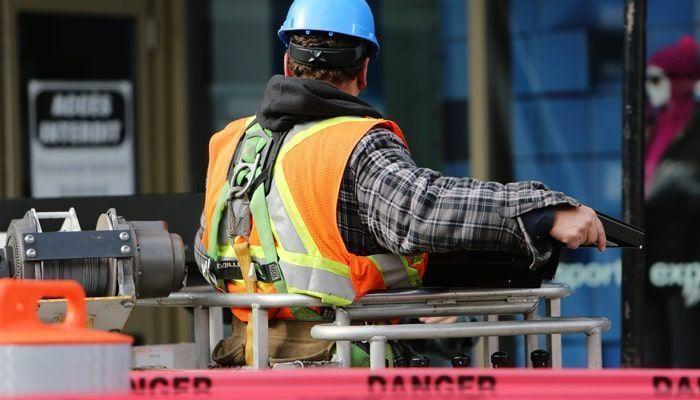 Trabajador del sector de la Construcción en el puente grúa