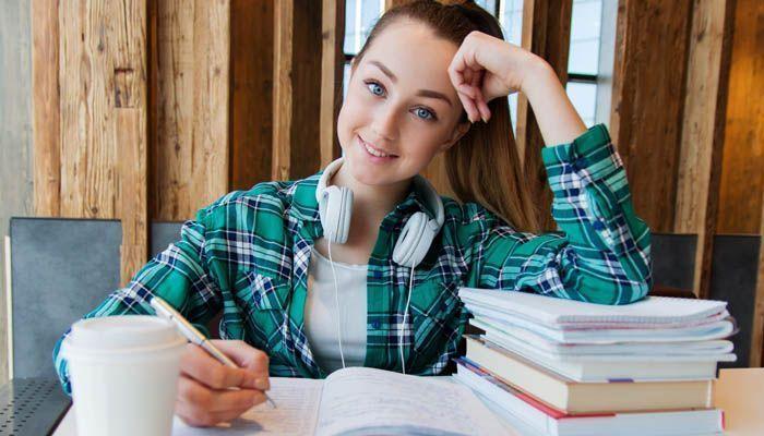 Mujer joven estudiante