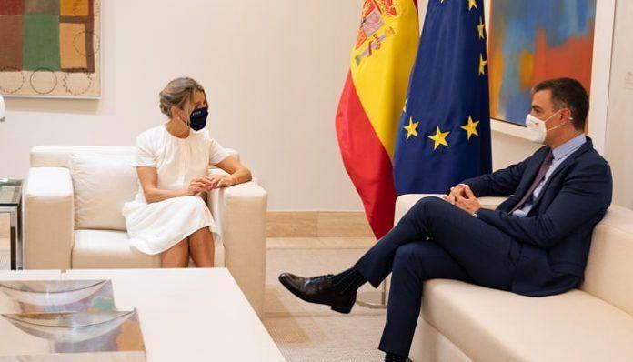 El presidente del Gobierno, Pedro Sánchez, y la vicepresidenta segunda y ministra de Trabajo y Economía Social, Yolanda Díaz,